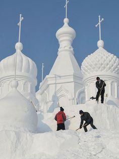 Empleados esculpen una escultura de nieve en el Parque Forestal Nacional Jingyuetan, en Changchun, capital de la provincia de Jilin, al noroeste de China. Los empleados premanecen trabajando a pesar de ser un día de bajas temperaturas. XINHUA