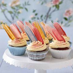 """Inspireras av trenden och baka cupcakes med läckra """"penseldrag"""" i choklad."""