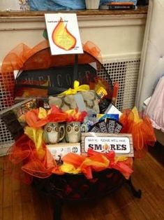 Fire pit auction basket includes blanket, hot chocolate and mugs including smores kit items and by jeri Theme Baskets, Themed Gift Baskets, Raffle Gift Basket Ideas, Fundraiser Baskets, Raffle Baskets, Dating Divas, Fire Pit Gift Basket, Basket Gift, Homemade Gifts