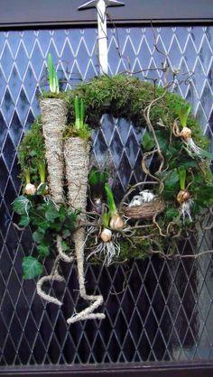 paaskrans The idea of using a cone for a bulb! Xmas Wreaths, Easter Wreaths, Door Wreaths, Christmas Decorations, Floral Wreaths, Deco Floral, Arte Floral, Fleurs Diy, Deco Nature