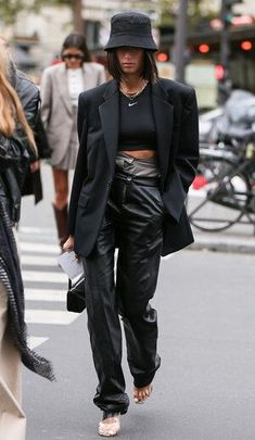 How to wear bucket hats Fashion Week, Look Fashion, Autumn Fashion, Fashion Hats, Cool Fashion Style, Street Fashion Outfits, Street Style Clothing, Winter Fashion Street Style, Winter Street Fashion
