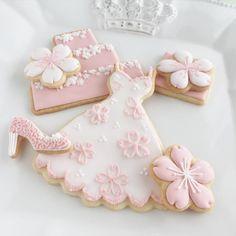 春の匂いを感じたので作ってみました #icingcookies #decoratedcookies #cookies #spring #pink #cherryblossom #dress #クッキー #春 #ピンク #桜
