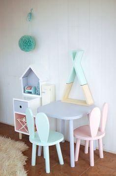 Uroczy, króliczy komplet, który będzie ozdobą każdego pokoju dziecięcego. W skład kompletu wchodzą 2 krzesełka króliki oraz stolik.