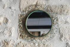 Mirroir circulaire vintage avec cadre en fer forgé des années 50. Bon état vintage. Belle patine vert bronze. Bon état vintage