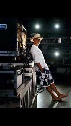Kenny Chesney Videos, Kenny Chesney Concert, Best Country Singers, Country Music Artists, Kenney Chesney, No Shoes Nation, Country Guys, Jimmy Buffett, Hunter Hayes