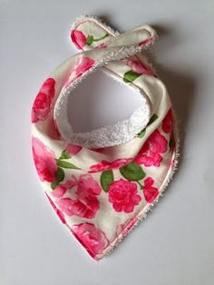 Diy Sewing Projects Bundles and Buttons: Dribble bibs DIY (Bandana Bibs) Diy Baby Bibs Pattern, Baby Bibs Patterns, Sewing Patterns, Free Pattern, Pattern Ideas, Bandana Bib Pattern, Sewing Ideas, Baby Sewing Projects, Sewing For Kids