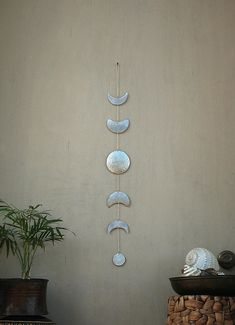 Mond Phasen Wandbehang Silber Vollmond Wand Dekor Moon Wandkunst – Mond Kind – Mond – Mond-Mobile Moon Phases Wall Hanging Silver Full Moon Wall Decor by CarmelsArt Lunar Moon, Silver Walls, Silver Wall Decor, Art Mural, Moon Child, Colorful Decor, Wall Colors, Wind Chimes, Diy And Crafts
