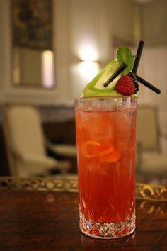 Les cocktails du mardi soir « Apple Kiss » notre  cocktail de la semaine. Un cocktail au Ginger ale, sirop de grenadine, jus de citron et Calvados. You'll find Ginger Ale, grenadine syrup, lemon juice and Calvados. #lescocktailsdumardisoir #hotellancaster #suite406 #cocktails #Calvados #ginger #apple #drinks (l'abus d'alcool est dangereux pour la santé)