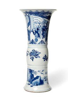 Chine - XXème siècle Vase  Porcelaine bleu-blanc à décor de dignitaires et de lettrés  Marque apocryphe Kangxi sur la base   Ce lot étant en importation temporaire une TAXE DE 5,5 % sera à payer par l'acheteur en plus des frais acheteurs.  H: 47.0 cm  Adjugé: 20 000 €