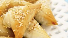 Kasvistäytteiset filotaikinapiirakat maistuvat illanistujaisissa tai vaikkapa piknikillä. Hot Dog Buns, Hot Dogs, Salty Snacks, Bread, Baking, Ethnic Recipes, Food, Savory Snacks, Brot