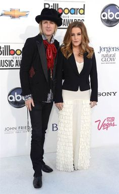 Lisa Marie Presley (with husband Michael Lockwood), who just released her first album in seven years, wore a Temperly of London dress and Alexander McQueen jacket to present Katy Perry with the Spotlight Award. Elvis And Priscilla, Lisa Marie Presley, Priscilla Presley, Tupelo Mississippi, Elvis Presley Family, Memphis Tennessee, Billboard Music Awards