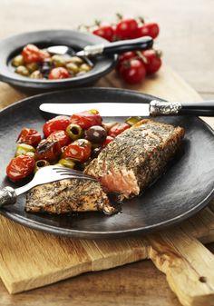 Zalm met warme olijven en tomaatjes - Pascale Naessens - Lekker - wij bakken de vis iets langer.