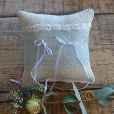 Coussin porte-alliance mariage - toile de jute écrue large dentelle ancienne bleue - romantique champêtre