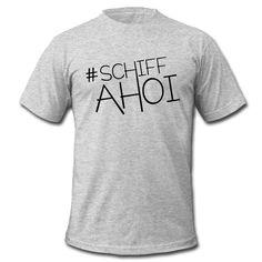 Einfach rauf auf's Schiff und sich die Meeresbrise um die Nase wehen lassen ... geht auch in der Großstadt - mit SCHIFFAHOI •Klassisch geschnittenes T-Shirt für Männer
