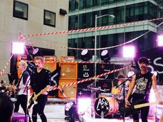 Bigger Than One Direction? 5 Seconds Of Summer Fans Go Absolutely Crazy For Today Show Performance | EntertainmentWise