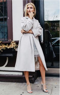 20 Images of Coats and Cosy Knits, Skinny Scarves, Sheer Pleats & Satin Wondering what to wear on yo Looks Style, Style Me, Trendy Style, Autumn Winter Fashion, Spring Fashion, Winter Chic, Winter Style, Diy Mode, Skinny Scarves