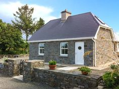 PRICE FROM £236.00 PW SLEEPS 6 BEDROOMS 4 BATHROOMS 1 PET FREE This stone-built, detached cottage near Tarbert, County Kerry, sleeps six people in four bedrooms.