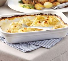 Cauliflower cheese, sometimes called cauliflower and cheese, is a traditional British dish. It can be eaten as a main course, for lunch or dinner. Bbc Good Food Recipes, Vegetarian Recipes, Cooking Recipes, Yummy Food, Meal Recipes, Vegetarian Kids, Diner Recipes, Cooking Stuff, Tasty