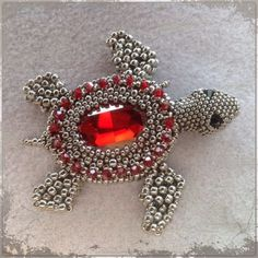 Silver and red turtle brooch Beading Projects, Beading Tutorials, Beading Patterns, Beaded Brooch, Beaded Jewelry, Jewellery, Ideas Joyería, Beaded Spiders, Beaded Animals