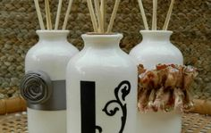 Make Your Own Aromatic Reed Diffusers: aceite vehículo, aceite esencial, vodka Homemade Reed Diffuser, Reed Diffuser Oil, Diffuser Diy, Vodka, Limpieza Natural, Make Your Own, Make It Yourself, Homemade Gifts, Cleaning Hacks