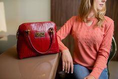 4b83eca6f929b Bolsa de mão Donna em couro vermelha - Enluaze | Bolsas e acessórios de  couro