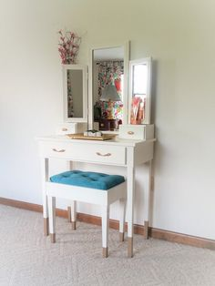 52 Superb Makeup Vanity Table Designs To Decorate Your Home - One of the most important parts of my day, being female, is getting ready in the morning. When I think I look good, I feel good and this helps me to g. Modern Makeup Vanity, White Makeup Vanity, Makeup Vanity Storage, Makeup Vanity Lighting, Makeup Vanity Mirror, Diy Vanity, Gold Makeup, Small Vanity Table, Make Up Desk Vanity