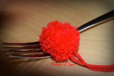 #Ponpon in #lana semplice e veloce da realizzare, unico strumento di lavoro è una #forchetta. Il #tutorial per realizzarli: http://raggiodisolecreazioni.blogspot.com/2014/12/uso-light-della-forchetta.html #natale #raggiodisole #handmade