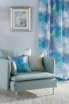 Wohnzimmer in weißen Tönen # Wohnzimmer # Sessel # Potahnasedacky # IKEA # Vankus . - Modrá a tyrkysová farba v interiéri - Wohnaccessoires Color Azul, Love Seat, Cushions, Couch, Throw Pillows, Architecture, Room, Furniture, Ikea Vanity