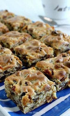 Chewy Sultana Squares Recipe (Only 3 Ingredients!) The Links Site is part of Square recipes - These Chewy Sultana Squares are so satisfying because they're packed with juicy sultanas They're delicious as a snack or a quick breakfast treat! Tray Bake Recipes, Baking Recipes, Dessert Recipes, Cake Recipes, Tray Bakes, Sweet Recipes, Food To Make, Food And Drink, Favorite Recipes