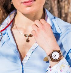 Entdecke die Vielfalt bei der jungen, stylischen Sissy & Max Uhrenkollektion by Waidzeit Austria. Diese Damenarmbanduhr aus Walnussholz mit Holzarmband ist im Retrostil absolut trendig und wunderschön.