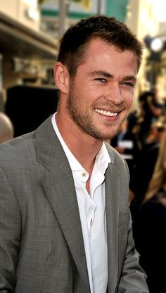 Shewww. Chris Hemsworth, the better looking brother in my opinion. & a great actor to boot. What can't he do? Oh yeah, that's right.. he can't marry me. Bummer