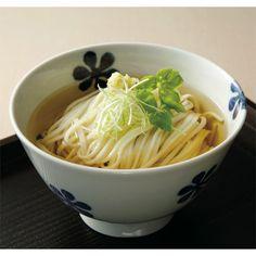「館林うどん」は茹であげた麺が美しく艶やか。小麦の風味と強いコシが自慢です。本格的な味わいの「茂林寺そば」との詰め合わせです。