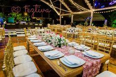 Nos gustaría algo así para las mesas, osea flores en todo el largo de la mesa
