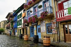 Los pueblos más bonitos del País Vasco Thailand, Airplane Travel, Basque Country, Aesthetic Rooms, Bilbao, Spain Travel, Japan, Travel With Kids, The Good Place