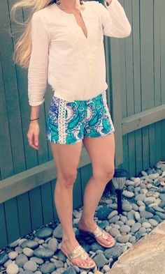 White tunic top and blue printed shorts My FL style. Preppy Girl, Preppy Style, My Style, Preppy Outfits, Cute Outfits, Spring Summer Fashion, Spring Outfits, Down South, Look At You