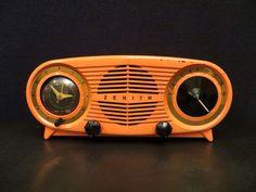 "Vintage old early 1951 zenith "" owl eye rare color antique bakelite clock radio Radio Record Player, Record Players, Radios, Pub Radio, Message Vocal, Poste Radio, Radio Design, Music Machine, Art Deco Movement"