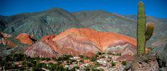 En el corazón de la Quebrada de Humahuaca, un pueblo de calles de tierra rojiza…