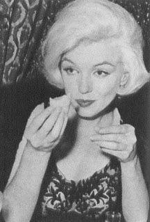 Marilyn Monroe eating a taco in México City Mexico.