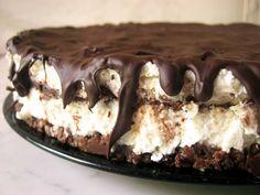A túró rudi az egyik legkedveltebb magyar desszert. Rengetegen rajonganak ezért az ízletes túró és csoki párosért, így arra gondoltunk sokan örülnétek egy olyan receptnek, mely valódi sütemény formájában varázsolja elénk az említett csokiízélményét. A következő receptamellett, hogy istenien finom, ráadásul rettentően egyszerű is. Sütés nélkül, villámgyorsan elkészítheti mindenki. Essünk neki gyorsan, hogy mihamarabb a …