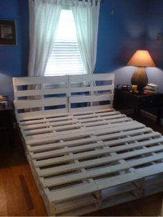 16 Gorgeous DIY Bed frames tutorials, including this DIY pallet bed frame Diy Pallet Bed, Diy Pallet Projects, Home Projects, Pallet Ideas, Pallet Bedframe, Pallett Bed, Outdoor Pallet, Pallet Patio, Pallet Designs