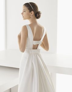 Double bows could be used to tighten the front bustline of the dress. Narrowed but still tailored