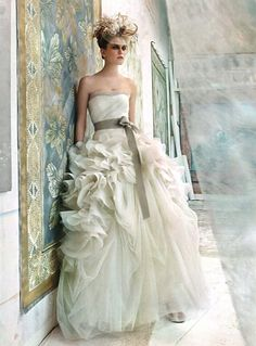 weddinginspirasi:  Editorial: Vogue Sposa featuring an amazing dress from Vera Wang's Spring 2012 Bridal Collection. More dresses from this collection here