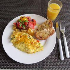 Today's Italian style breakfast-Two egg omelet and tomato salad with toasted garlic & sun dried tomato bread. 그저께 바질잎 따다 실수로 한 가지가 다 꺽어서 오늘아침에 이용해 이테리 스타일 아침으로 오믈렛과 토마토 샐러드와 마늘빵 토스트입니다. 그리고 망고 오렌지 쥬스~ 달달하니 맛있네요^^. 팬에 올리브오일을 두르고 햄, 양파, 피망, 토마토를 넣어 살짝익혀 계란푼것(왕계란2물 2큰술) 을 넣어 이리저리로 밀어 익히다 거의 다 익었을때 바질과 체더치즈 넣어 접시에 살살접어 담음. *토마토, 붉은양파, 바질에 올리브오일 뿌리고 소금과 후추로맛낸후 발사믹소스휘리릭뿌림.