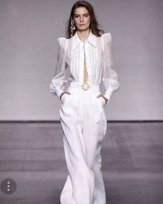 #MeryMerInspo On a Tuesday inspiration I want to share one of the pieces that I really love from @zimmermann spring and summer 2018 runway show. All white. You guys now my obsession with white shirts and white in general. Love love this one 😍. More about #nyfwss18  at my IG stories ☝️. Happy fashion day. _______________ #MeryMerInspo  En martes de inspiración quiero compartirles una de la piezas que me encanto del desfile de primavera y verano 2018 de @zimmermann. Todo blanco! Ustedes…
