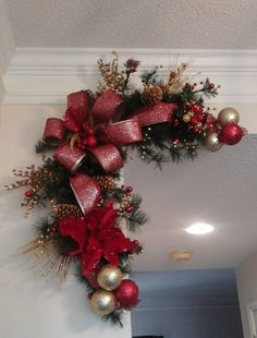 22 Charming Outdoor Christmas Tree Decorations You Must Try this Year - The Trending House Christmas Tree Decorations Ribbon, Christmas Swags, Christmas Centerpieces, Outdoor Christmas, Christmas Ornaments, Red Christmas, Farmhouse Christmas Decor, Rustic Christmas, Fireplace Mantel