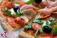 Pizza z mozzarellą, pomidorkami, rukolą i szynką parmeńską