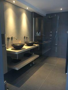 Badkamer bijna af Zwarte waskommen op massieve eikenplank. Hotbath inbouw kranen geborsteld nikkel. Donkere tegels, beton ciré, glazen douchewand.