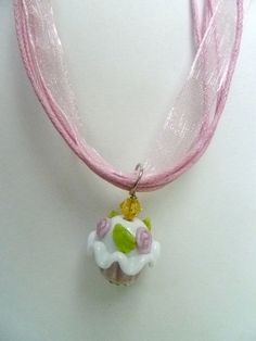 Pink and White Cupcake Charm Necklace от StudioCKH на Etsy, $15.95