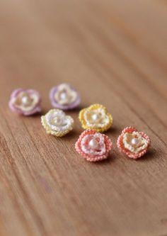 2色使いのお花とコットンパールのピアス の画像 kinari タティングレース てしごと日記 Tatting Earrings, Tatting Jewelry, Lace Jewelry, Textile Jewelry, Diy Earrings, Earrings Handmade, Jewelery, Crochet Earrings, Needle Tatting
