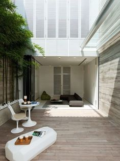 Blair Road Residence by ONGONG Sillas y mesa Side Tulip